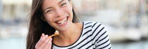 Ρώτα τον ειδικό: Είμαι πολλές ώρες στο δρόμο. Ποιο είναι το πιο υγιεινό σνακ;